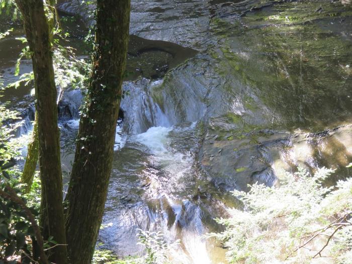幸福の鐘の右下が「濃溝の滝」です。せっかくなのでこちらの滝もしっかり見学しておくのも良いかも。