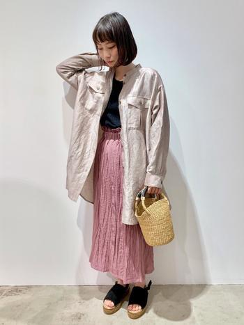 ワッシャー加工のスカートは、春夏にぴったりの涼やかさがあります。ラフにシャツを羽織れば親しみやすさのあるカジュアルコーデに。