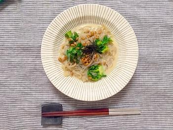 日本の乾燥こんにゃくを使ったパスタ「ZENパスタ」のねばねば麺レシピです。低カロリーなので、ダイエット中にもぴったり。納豆の食感と粘り気で食べごたえ十分です。