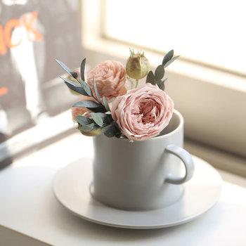 かわいらしいサイズ感のプリザーブドフラワーとシンプルなカップ&ソーサーを一緒にプレゼントできる母の日ギフト。生花本来の瑞々しさと美しさを3年ほどキープできるプリザーブドフラワーと、「ソラの木」の皮からつくった丸くてぽってりとした白いお花がセットになったブーケは、水やりやお手入れの必要がなく、忙しいお母さんにぴったりです!  ソーサーはフラットなデザインなので、デザートプレートとしても使えて便利◎ 『Thank you always』の文字が入ったポストカードも付いています。