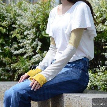 「中川政七商店」が日本一の靴下の生産地である奈良の靴下屋さんとともにつくった使い勝手バツグンのアームカバーです。素材には、ふんわりと柔らかな綿とサラリとした肌触りの麻を使用しているので、優しい肌触りなのにべたつかないのがうれしい♪  両端の仕様がそれぞれ異なっているのも特徴。クルンとロールアップした方を手首側にしてくしゅくしゅっとオシャレを楽しむのいいですし、庭仕事やアウトドア作業のときはゴム口でしっかりカバーするのがおすすめ◎