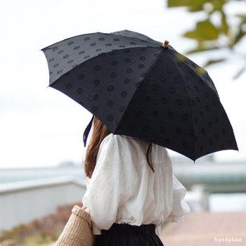 シックな大人の着こなしにぴったりな黒の日傘。綿100%の生地には花柄と水玉柄をジャガード織りで施しています。立体感や高級感があり、きれいめのスタイルでも合わせやすい♪  花柄・水玉柄のどちらも、長傘タイプと折りたたみタイプから選べます。広げて使うときの大きさは同じなので、すっきりと美しい見た目を重視するなら長傘を、持ち運びのしやすさを重視するなら折りたたみ傘をセレクトしてみて。