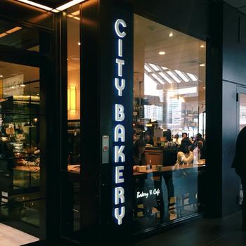 東京・大阪・長野に多数の店舗を構える「THE CITY BAKERY」。品川店では、新幹線の待ち時間にもサッと利用できて便利。パンを買ってすぐに食べられるイートインスペースと、メニューから注文するカフェースペースがあります。