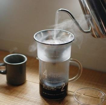 コーヒー好きのお母さんならきっと喜んでくれそうなコーヒージャグセット。美しく輝くステンレスフィルターから一滴一滴コーヒーが落ちていくさまをながめつつぼーっとする時間は、何ものにも代えがたい至福のひとときです。  ちなみにステンレスフィルターで淹れるコーヒーは、旨み成分であるコーヒーオイルが多く抽出されるので、コーヒー本来のアロマをダイレクトに楽しむことができるそう。キッチンやテーブルに置いておくだけでも絵になる美しいデザインは贈り物にぴったり。