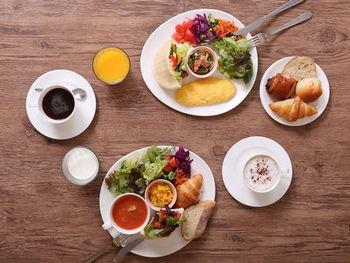 朝食ビュッフェはカフェ風のメニュー。彩り豊かなデリやサラダ、スープなどでたっぷり野菜を頂けます。数種類あるパンはフランス産バターなど素材にこだわって毎朝ホテルの厨房で焼き上げられています。