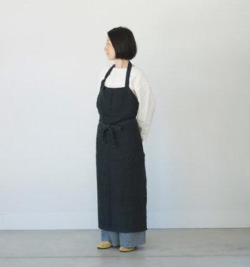着るほどに身体に馴染む、リネン100%素材のエプロンはカフェスタッフさんが使っているようなこなれた雰囲気が素敵。長めの丈ですが、足さばきが良く階段の上り下りも楽々できます。  ひもの長さは自由に調整可能。さらに、腰ひもを好きな位置で結んで、裾を自分好みの長さに調節することもできます。胸当を内側に折り込めばギャルソンエプロンとしても使えてオシャレ。