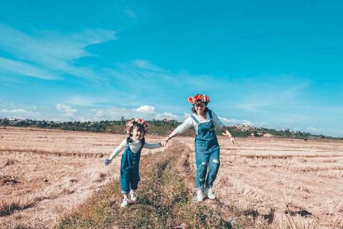 子育てにお休みの日はありません。そんな中、「毎日、子どもと一緒にどうやって遊べばいいんだろう…」「子どもと過ごす時間をもっと楽しく過ごせたら…」と思っているママも多いのでは? そんな時には、親子で一緒に楽しめる趣味を見つけてみませんか?意外と、親子で一緒に楽しめる趣味は沢山あるんです!例えば、料理が好きなママの場合なら、子どもと一緒に出来る簡単なお菓子作りや料理をしてみたり、アクティブ派のママなら、落ち葉や松ぼっくりを拾いに行ったり、動物園巡りやお出かけを一緒に楽しむのもおすすめです。