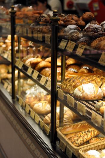 1階がベーカリー。ずらっと並ぶパンやサンドイッチ類、ケーキや焼き菓子、種類も豊富で迷ってしまいます。  お店の一番人気であり最も有名なパンは、こだわりのフランス産レトロドールの小麦粉100%で作られた、その名も「バケット レトロドール」。細身で、外はパリパリと香りよく、中はモチッと軽やか、噛めば噛むほど、小麦の香りを感じられて本当に美味しい!小麦が違うと、これほど違うのか?と実感させられると思います。  あと、やはりフランスと言えば!クロワッサン。ここのクロワッサンは思ったより軽めの食感で、とってもおすすめです。それから、カヌレや、クイニーアマンなどおやつとして楽しめるパンたちも、是非、味わってもらいたい!