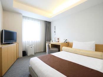 客室はシンプルながら、広々としたベッドに加湿機能付空気清浄機、多機能シャワーなどゆったりくつろぐための工夫が施されています。