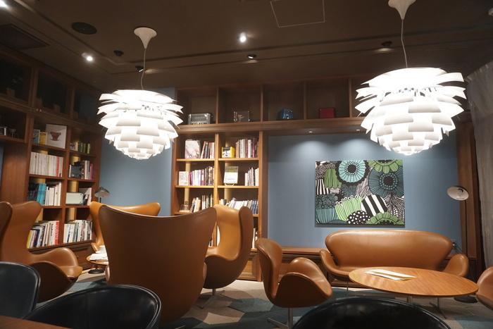 実は私もまだ一度も利用したことがないのですが、店内の奥の席はアルネ・ヤコブセンのエッグチェアやスワンソファが並び、くすみブルーの壁紙や本棚、照明、家具に至るまで、とても素敵な世界観なんです!
