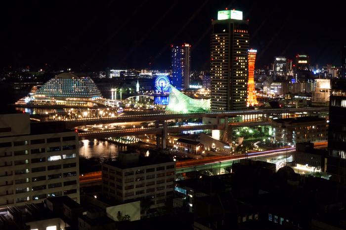 海側の景色は、ポートタワーやハーバーランドの観覧車、神戸海洋博物館、そして波がモチーフの神戸メリケンパークオリエンタルホテルなど、神戸らしい夜景が楽しめます。