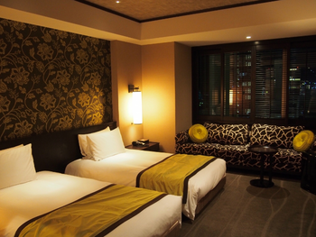 客室はエキゾチックでモダンなインテリア。レギュラーフロアには、六甲山や神戸の街を見渡せるシティビューと、神戸港の景色が広がるハーバービューがあります。