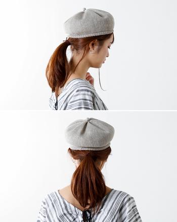 定番のポニーテールとの組み合わせは、ベレー帽初心者さんにも取り入れやすくておすすめ。クオリティを出すため、毛先のスタイリングまでぬかりなく!