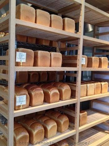 銀座一丁目駅or有楽町駅から3分ほどのところに位置する銀座店。青山店はテイクアウトのみです。焼き上がり時間はパンの種類によって異なりますが、その時間になると、お店の外まで良い香りが漂ってきそう。