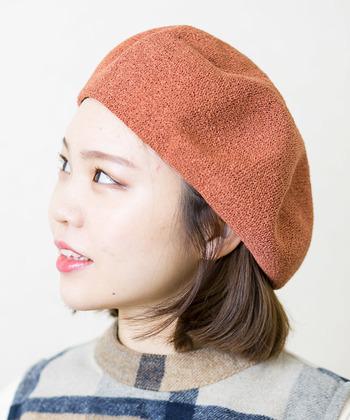ベレー帽を被る前に前髪を全部ピンでとめて、帽子の中に隠れるようにセットします。前髪なしに抵抗がある方も、襟のあるお洋服を着ると、自然とメリハリが出るので野暮ったく見えません。