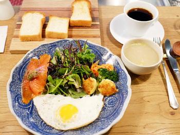 カフェスペースは6席のみ。モーニングタイムは7:00~11:00 まで。ベーカリーですが、和食セットやトーストの食べ比べが出来る「365日トーストとスープのセット」などのメニューもあるのだそう。