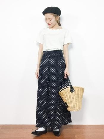 ドットのスカートが素敵なコーデは、白Tシャツと白ソックスで爽やかさを追加しましょう!そこへバレエシューズとベレー帽でロマンティックさもプラス。さらに、ナチュラル感を演出するために、かごバッグを持てば休日のマルシェに似合うパリジェンヌスタイルの出来上がり!