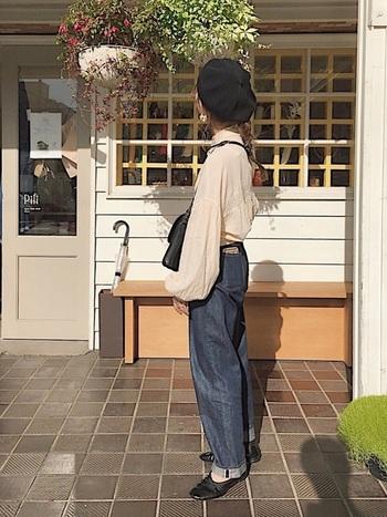 柔らか素材のオーバーサイズなブラウスに、太いデニムを合わせたコーディネート。ルーズに見えないよう、黒い小物で引き締めて。バッグ、靴、ベレー帽の色味を統一したらゆるいサイズ感のアイテム揃いでもメリハリのあるコーデに!