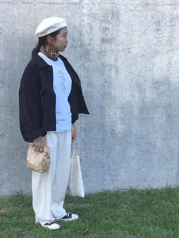 白Tシャツに白ボトムというホワイトコーデに、ブルゾンで引き締め効果も期待できるさし色・黒を。こんな時、思い切ってベレー帽も白にしてみると、こなれ感が出ていつものコーデがワンランク上のお洒落コーデに一変します!