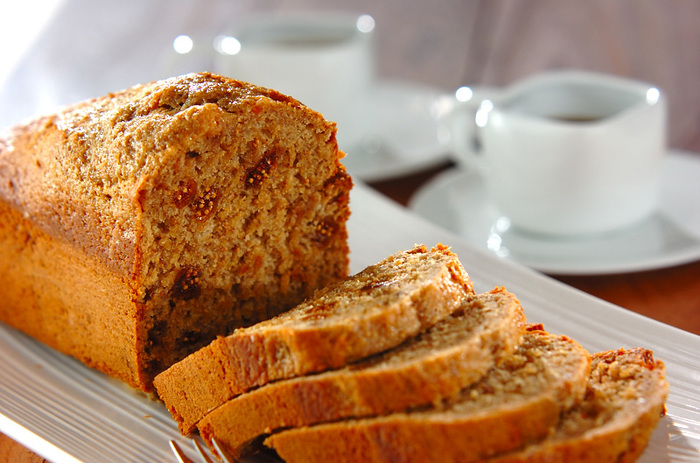 """パン・デピスは""""スパイスのパン""""という意味。アルザスのものも有名ですが、ブルゴーニュにあるディジョンの名物でもあります。生地にバターは使われず、さまざまなスパイスが魅惑的な香りを放ちます。"""