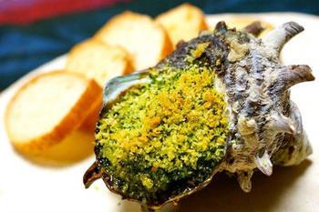 エスカルゴ料理もブルゴーニュの名物。日本ではエスカルゴが手に入りにくいので、サザエや大あさり、はまぐりなどの貝類を使うと近い味になるようです。エスカルゴバターは、パセリやニンニクなどを合わせたブルギニョンバターといわれるものを使います。