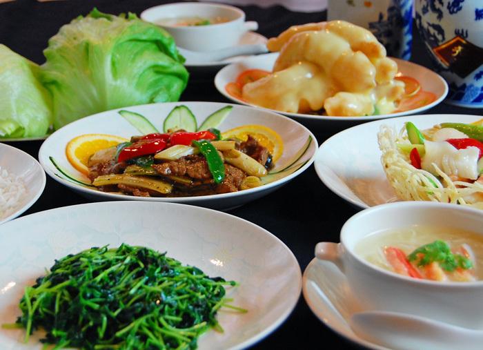 フカヒレや伊勢海老といった高級食材を使ったメニューから、広東料理の定番家庭料理まで幅広く楽しめます。三代に渡って受け継がれてきた伝統の味は、地元の人からも観光客からも人気。