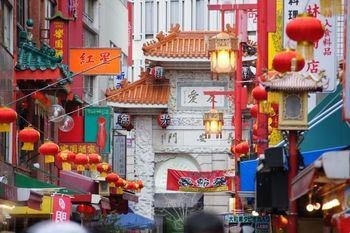 旧居留地の東側に位置する中華街。開港当時、旧居留地には欧米の人々が暮らしていたのに対し、中華系の人々が住んでいた町で、南京町(なんきんまち)とも呼ばれています。