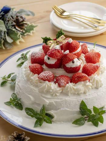 まずは、ケーキの王道「ショートケーキ」。ホットケーキミックスと牛乳と卵。混ぜ合わせた生地を炊飯器に入れれば簡単スポンジ生地の出来上がり!あとはクリームを塗りイチゴを飾れば、オリジナルのショートケーキの完成です。