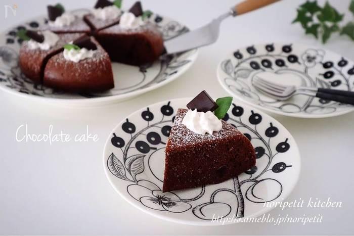 板チョコとココアパウダーを加えて作る「チョコレートケーキ」もおすすめです。最初はレシピ通りに。2度目からは、自分好みにチョコの配分を変えるという楽しみ方もぜひしてみてくださいね。