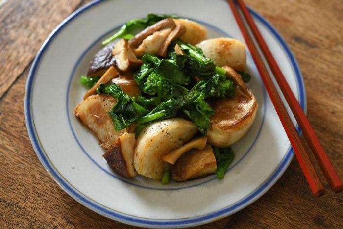 オリーブ油でただただじっくり炒めるレシピ。 時間をかけて炒めることで、素材のおいしさを引き出します。 ほどけるような食感と滋味深い味わいに、ほっとするおかずです。  青みにカブ菜や季節の青菜を加えて。春なら菜花がおすすめです。  ▼ポイント&コツ オリーブ油のコクやきのこの旨みを足し算。 味噌や醤油などの発酵調味料でおいしさを足し算。