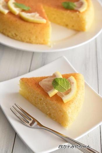 さっぱりおいしい「レモンケーキ」は、甘すぎずパクパクいただけます。オーブンで焼くよりもしっとり食感なのもうれしい♪見た目にも爽やかなレモンケーキなら、普段ケーキを食べない人にも作ってあげたくなりますね。