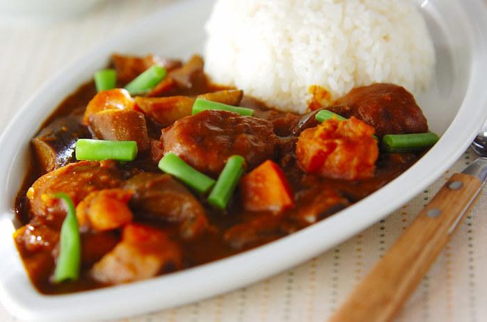 カボチャ、ニンジン、トマト、ナス、サヤインゲンの5種類の野菜の他にレンコン団子も入る、盛りだくさんのカレーレシピです。 レンコン団子は使い回しがきくので、覚えておくととても便利。メインメニューとしてご紹介したレシピの、豆腐や厚揚げの代用にレンコン団子を使うのもおすすめです。  ▼ポイント&コツ 食感やスパイスでアクセントを足し算。