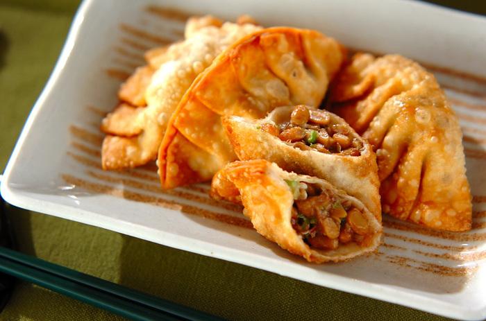 オクラと納豆の好相性な組み合わせを包み込んだ揚げ餃子のレシピです。 カリッとした表面とネバネバの中身の、斬新な味の冒険を楽しめます。  ▼ポイント&コツ 食感でアクセントを足し算。