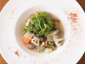 ブルターニュには、漁師がその日に獲った魚で作るコトリアードといわれる魚介スープがあります。タラやムール貝などを使ったブイヤベースのようなものだとか。魚介のだしと白ワインの風味がよく合うお料理です。