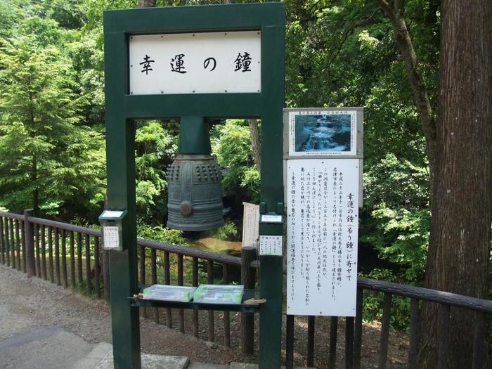 さらに亀岩の洞窟から階段を上ると幸福の鐘に。鳴らすと良いことがあるかも。