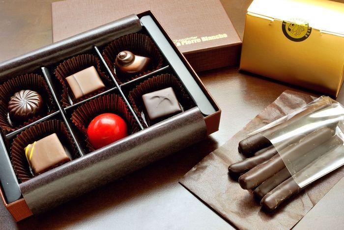 一粒一粒丁寧に作られたショコラアソートは、まるで宝石箱のよう。オレンジやゆずのコンフィにチョコレートをコーティングしたエギュイエットは、柑橘の甘酸っぱさとチョコレートのほろ苦さがマッチします。