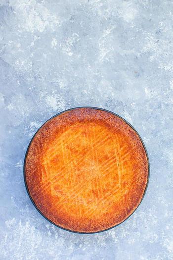 ガトー・バスクは、本来はアーモンド入りのクッキー生地に、バスク特産のダークチェリーに似たものを詰めて焼きますが、収穫時期以外はカスタードクリームを詰めて焼くことも多いとか。バスクが発祥の伝統菓子です。