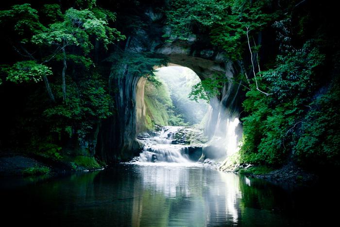 木道の突き当たりの左側に、濃溝の滝とSNSなどで紹介されている、幻想的な「亀岩の洞窟」があります。