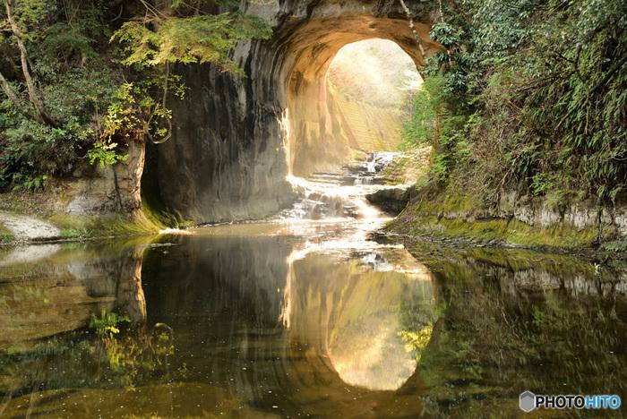 この洞窟に差し込む光が幻想的だとSNSで話題になり、時期や時間帯によっては、ハート型の写真が撮れることでも知られています。