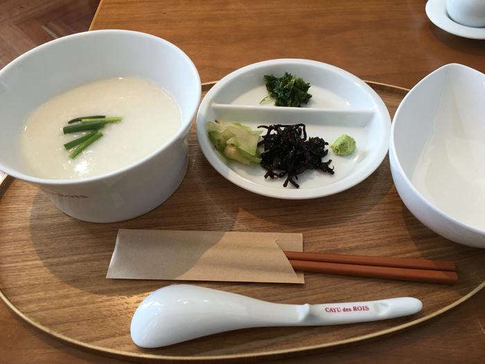 胃に優しい<朝粥セット>は、自家製ザーサイなどのトッピング付き。お好みで味の変化を楽しめますね。お粥は、干し貝柱や塩なども合わせて煮込んだ、シンプルながらも旨みを感じる味わいです。自宅ではなかなか味わえない、本格的な中華粥を朝からいただきましょう。