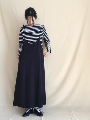 ボーダーTシャツにキャミワンピースを合わせたスタイリング。カジュアルなマリンスタイルですが、華奢な肩紐とレースアップシューズのリボンが女性らしさを演出してくれています。足の甲がオープンなデザインは、白靴下を合わせて上品さをアップ!