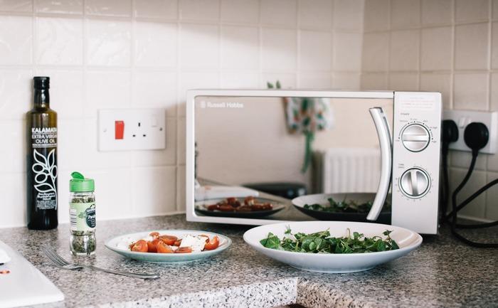 いつも私たちの暮らしを手助けしてれる電子レンジ。野菜の下ごしらえや、冷蔵品を温めたり解凍してくれたり…様々な用途で活躍してくれています。そんな強い味方「電子レンジ」はアイデア次第でもっともっとフル活用できるんですよ。