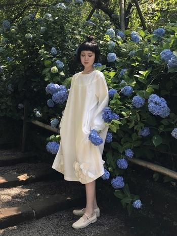 裾に縫い付けられたお花が可愛らしい、コム・デ・ギャルソンのワンピース。コレクションブランドでも柔らかい色を選べば、ナチュラルなモードスタイルが楽しめます。足元も同色のストラップシューズを合わせ、ワントーンでやさしく馴染ませています。