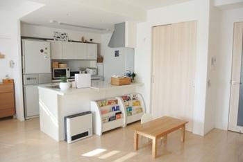 ダイニングテーブルがない空間は、おのずと「ロースタイル」になりやすいもの。高さのある家具が減ると、開放感が生まれます。