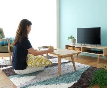 ひとり暮らしのワンルームなら、コンパクトなテーブルを取り入れるのもおすすめ。ラグを敷けば、和室で過ごすように床に座ってゆったりと過ごせそう。