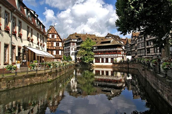 ライン川西域、ドイツとの国境に位置するアルザス地方は、白ワインの生産で有名。可愛い家々が運河に映えるコルマールなど、フランスで最も美しい村に選ばれた場所が数多くあります。また、美食エリアでもあり、星付きレストランの数が多いことでも知られています。