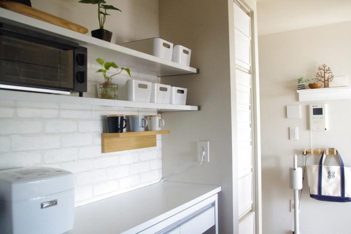 キッチンのオープン棚にも白収納を。細々とした見せたくないものは、白のボックスに集めて整然と並べるとこんなにきれい。