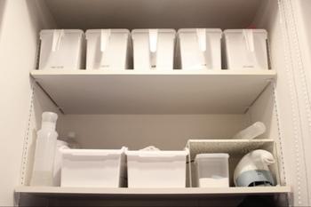 収納グッズだけでなく、その他の生活用品も白にこだわった洗面所収納。取っ手付き、蓋付きのボックスはセリアのアイテムです。取手があることで、高い位置にあるものを出し入れしやすくなります。