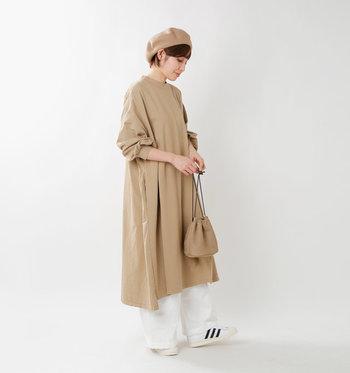 綺麗なドレープのAラインワンピース。1枚で着ても勿論素敵ですが、白のパンツ+白スニーカーで爽やかさをプラス。レイヤード次第でワンピースの表情ががらりと変わります。