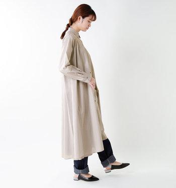 前をきちんと留めて着こなすシャツワンピースもいいけれど、ロングアウターのようにさらりと羽織って着こなすのもとっても素敵ですよ。ボトムに迷った時は、とりあえずデニムを合わせておけばOK!